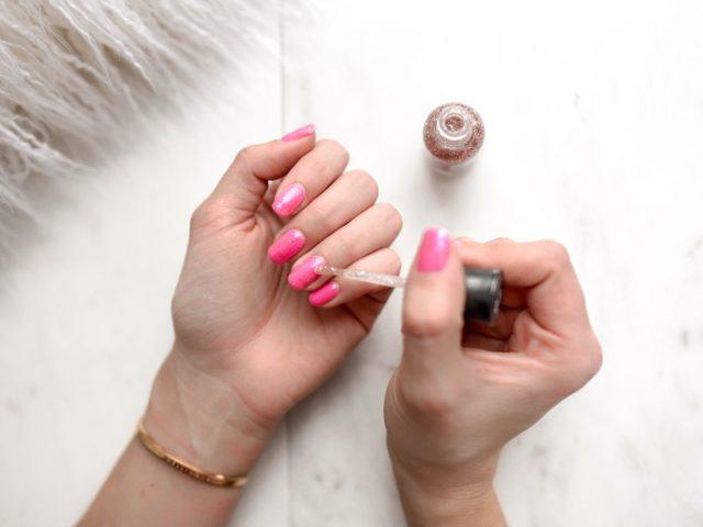 rózowe-paznokcie